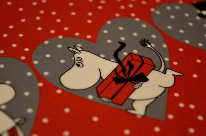 Söta Mumin hastar iväg med ett rött paket.