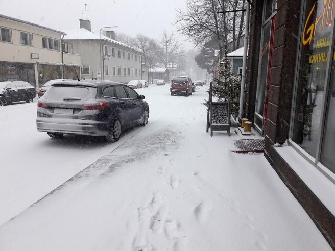 Folktomt på gatorna? Ja, antingen åkte alla bil eller var inomhus. Det här är Mariegatan mot syd.