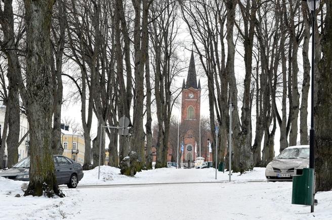 Kyrkan och de gamla träden i parkerna har stått länge på sina platser.