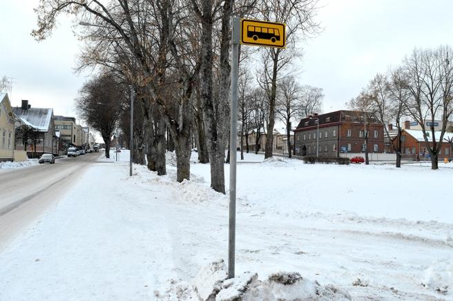 Här står skolelever ofta och väntar på bussen, men inte just då när jag gick förbi.
