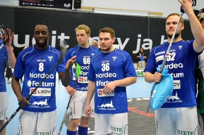 En del av spelarna tackar fansen efter matchen. Foto: Carita Liljendahl