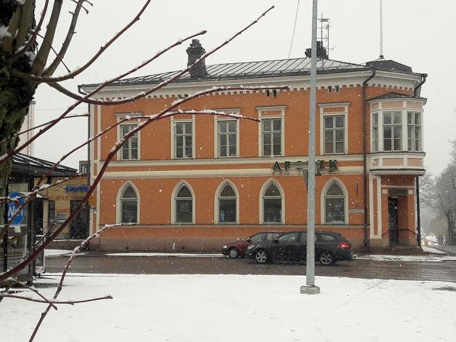 Apoteket ligger i en vacker byggnad tycker jag. Det gjorde den i och för sig innan också, i ett annat hörn av torget.