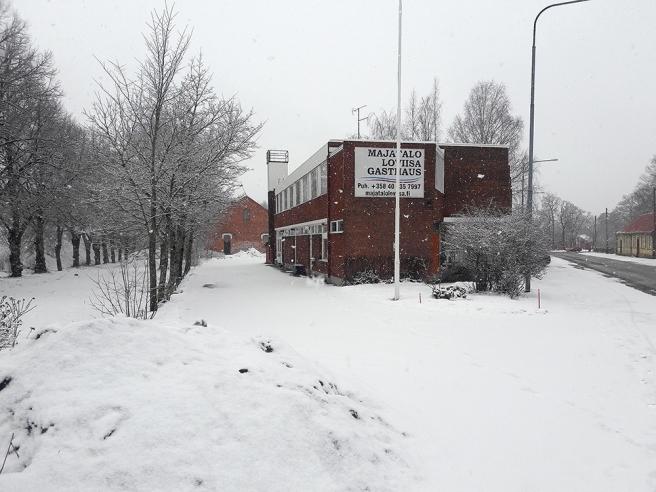 Här ligger bland andra Gasthaus Lovisa och Kompanjonskapshuset Hörnan.