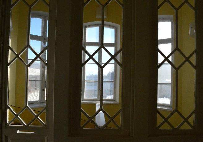 Den här hade ju kunnat gå i serien med Fina fönster. Om jag inte minns helt fel kanske jag har tagit en bild av fönstren i trappuppgången till just den serien.
