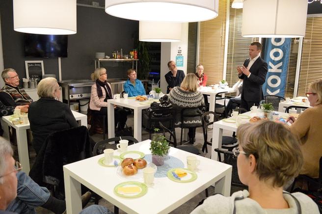 Finansminister Petteri Orpo besökte köpcenter Galleria.