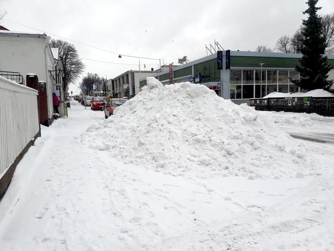 Snöhögar upptar flera P-platser, men det får man stå ut med några dagar. Sådana mängder snö som föll i går och i natt forslas inte bort på nolltid.